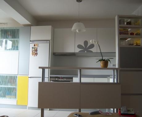Кухня в бяло и акценти