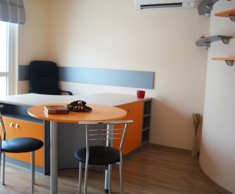 Офис оранжево и сиво