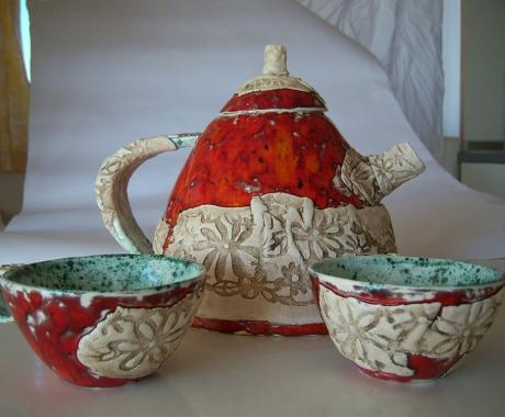 Чайник с чаши в червено